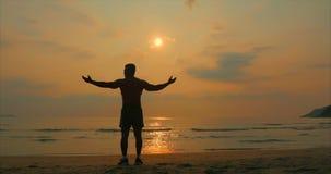 看往太阳的年轻人运动员,反对日落,热带背景 健康,体育,心脏锻炼 股票录像