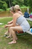 看往水的两名妇女在公园 免版税库存照片