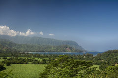 看往Na梵语海岸,考艾岛,夏威夷的Hanalei海湾看法 免版税库存照片