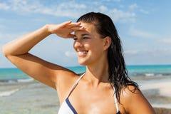 看很远在海滩的少妇 免版税库存图片