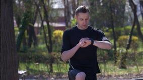看心率显示器活动跟踪仪smartwatch的活跃运动员 影视素材