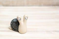 看您的陶瓷蜗牛 免版税库存照片