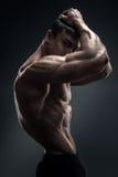 看惊人的肌肉年轻人的爱好健美者后边 免版税库存照片