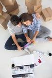 看房子的一个人和他的妻子概要计划 免版税库存照片