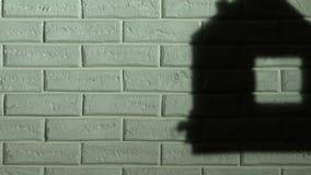 看房子的阴影在作梦关于家的墙壁、孤儿或者难民上的女孩 股票视频