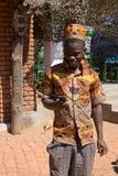看手机的一个年轻非洲人的画象 免版税库存图片