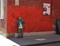 看手机的人在唐人街 图库摄影