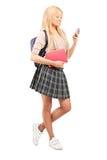 看手机的女小学生 免版税库存图片