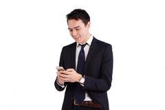 看手机的年轻白种人商人 免版税库存照片