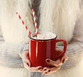 看手的图象Instagram拿着热巧克力 免版税图库摄影