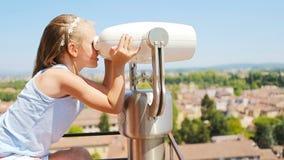 看投入硬币后自动操作双眼在大阳台的美丽的小女孩小镇在托斯卡纳,意大利 股票录像