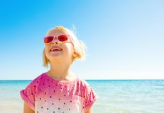 看拷贝空间的海岸的愉快的时髦女孩 库存照片