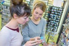 看按钮的工艺店的妇女 免版税库存照片