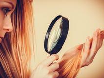 看损坏的头发末端的哀伤的妇女 库存照片