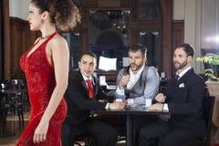 看探戈舞蹈家的堕落者顾客在餐馆 免版税图库摄影