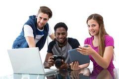 看数字式片剂的创造性的年轻企业队的综合图象 免版税图库摄影
