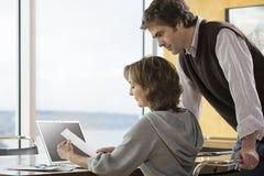 看文书工作的夫妇 免版税图库摄影