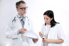 看文献的严肃的医护人员 免版税库存图片