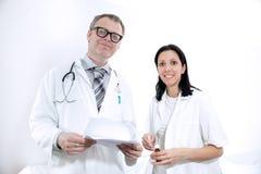 看文献的严肃的医护人员 免版税图库摄影
