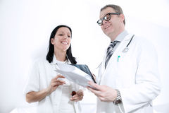 看文献的严肃的医护人员 库存照片