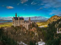 看新天鹅堡城堡的著名童话风景看法在巴伐利亚,德国 免版税库存照片