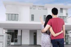 看新的家的年轻夫妇 免版税图库摄影