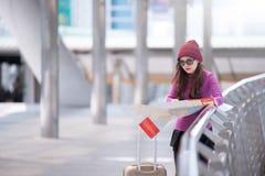 看旅行地图的旅客在机场 免版税库存照片