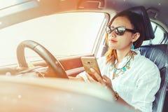 看智能手机的亚裔妇女 免版税库存照片