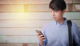 看智能手机的人 免版税图库摄影