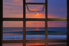 看暮色口气日出的开窗口海上在泰国 免版税图库摄影