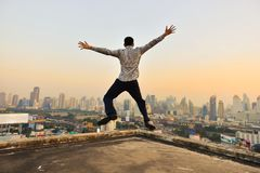 看曼谷市的成功的商人日落,手 库存照片