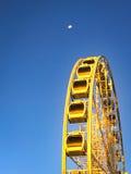 看月亮的五颜六色的海角轮子 免版税库存照片