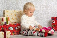 看有圣诞节礼物的小女孩箱子 免版税库存照片
