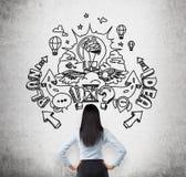 看有拉长的剪影的混凝土墙关于企业想法一个深色的企业夫人的一个背面图和开发 库存照片