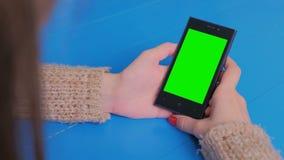 看有绿色屏幕的妇女智能手机 影视素材