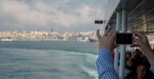 看有绿色屏幕的妇女水平的智能手机拍照片 关闭妇女有机动性的` s手射击  Istambul, Tur 库存图片