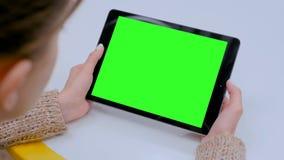 看有绿色屏幕的妇女片剂计算机在咖啡馆 股票视频