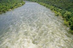 看朝向在小河下的快行水 免版税库存照片