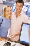 看板卡做采购的夫妇赊帐 免版税库存照片