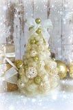 看板卡圣诞节新年度 新年,圣诞节背景,土气样式 在金子的欢乐圣诞树在白色木背景和 库存照片