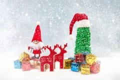 看板卡圣诞节问候 圣诞老人与圣诞树、礼物和雪的地精背景 库存图片