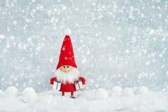 看板卡圣诞节问候 圣诞老人与圣诞节t的地精背景 免版税图库摄影