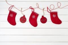 看板卡圣诞节问候 在白色背景的圣诞节袜子 红色圣诞节装饰 复制空间 免版税图库摄影