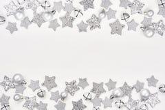看板卡圣诞节问候 在白色ba的圣诞节银色装饰 库存图片