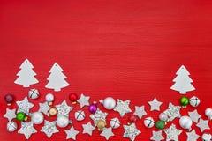看板卡圣诞节问候 在红色backg的白色圣诞节装饰 库存图片