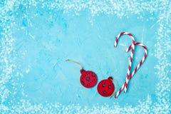 看板卡圣诞节问候 在蓝色背景的圣诞节装饰 复制空间,顶视图 免版税库存照片
