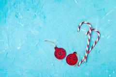 看板卡圣诞节问候 在蓝色背景的圣诞节装饰 复制空间 库存图片