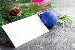 看板卡圣诞节问候 蓝色玻璃树玩具 库存图片