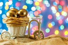 看板卡复活节 在自行车推车的金黄鸡蛋 鸡蛋 愉快的复活节 免版税库存照片