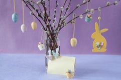 看板卡复活节 杨柳分支用装饰鸡蛋和兔宝宝 免版税库存图片